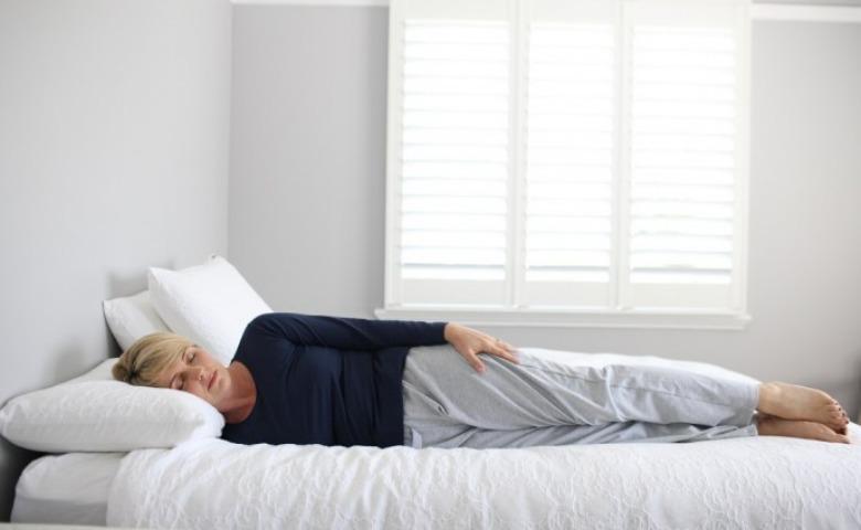 Berbaring Menyamping Dengan Tangan Lurus - Posisi Tidur