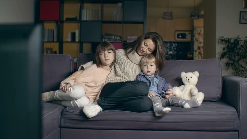 Kenali Efek Berbahaya Membawa Anak Kecil ke Bioskop