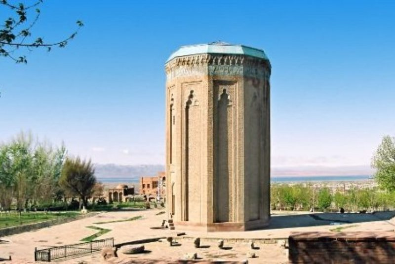 Salah Satu Bentuk Arsitektur Seljuk Momine Khatun 120813210101 113
