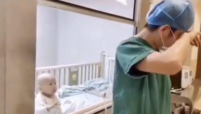 Wajah Sang Anak Tampak Bingung Saat Ayahnya Balikkan Badan Sambil Menangis