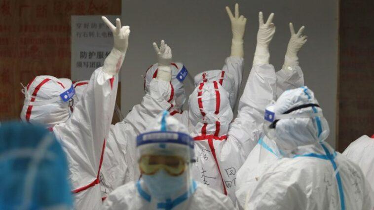 Penurunan Drastis Kasus Virus Corona, Para Medis Berpelukan