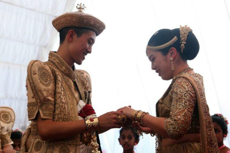 Pengantin Sri Lanka Bagikan Sembako Di Hari Pernikahannya