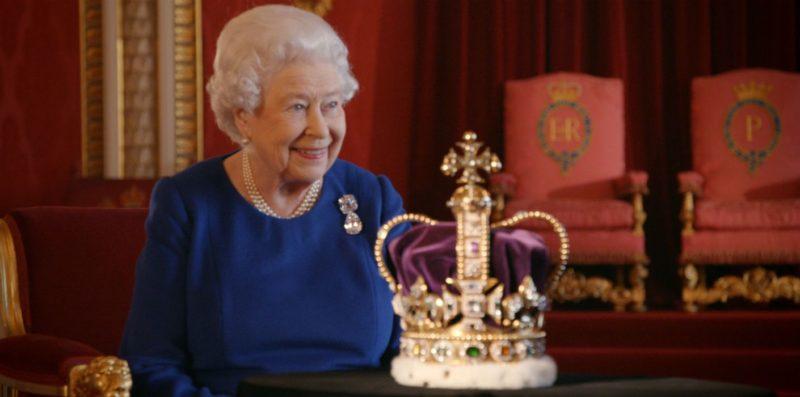 Warna Ungu Pada Mahkota Ratu Inggris