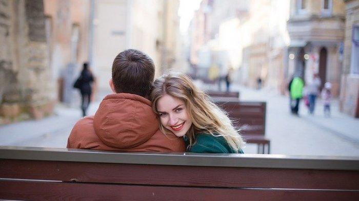 Ilustrasi Foto Bahagia Pasangan Di Tengah Keramaian