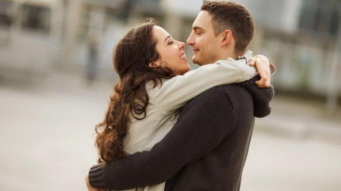 Manfaat Memeluk Pasangan