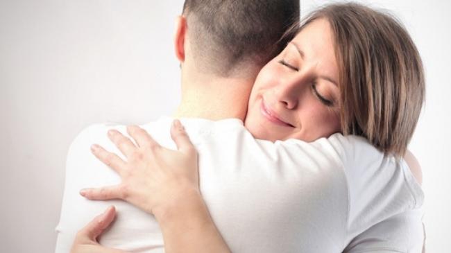 Memeluk Erat Suami