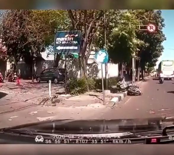 pesepeda motor yang berusaha nyalip mobil terjatuh