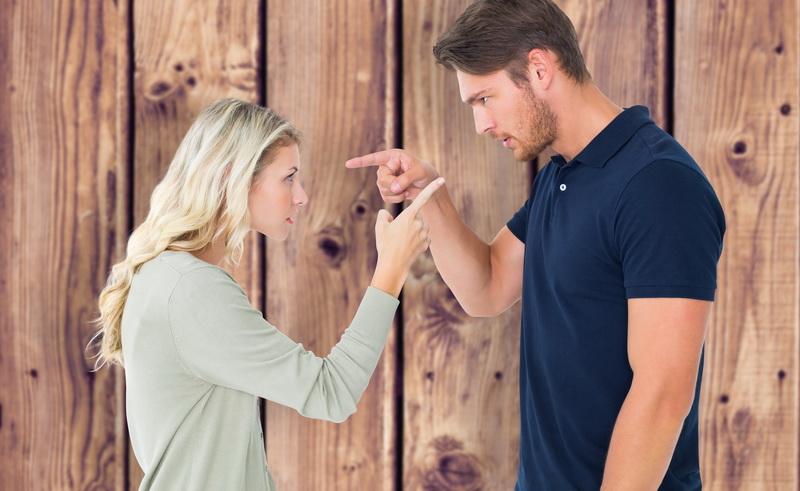 Tanda Pasangan Berniat Mengkhianatimu Selalu Membahas Orang Ketiga