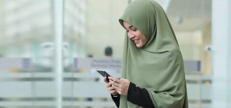Perempuan Wanita Muslimah Hp Senyum Wa Tertawa Senang Bahagia 750x350 1