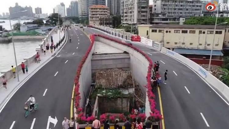 Rumah Wanita Tua Yang Letaknya Antara Dua Jembatan
