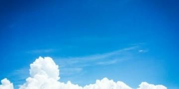 Alasan Langit Berwarna Biru Siang Hari