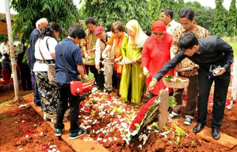 Tradisi Menaburkan Bunga Di Atas Kuburan