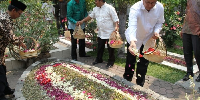 Tradisi Menaburkan Bunga