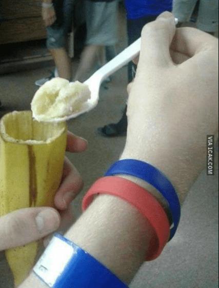 makan buah pisang