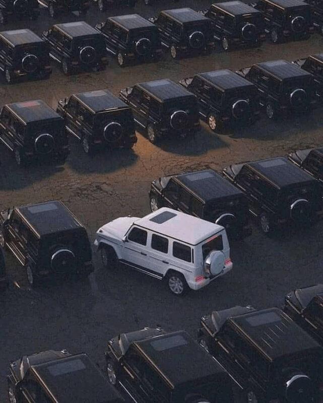 mobil parkir berbeda