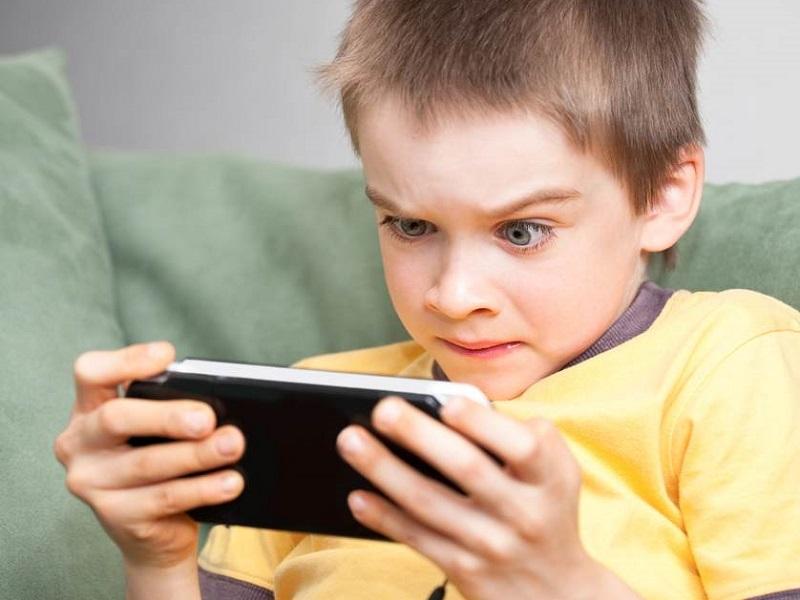 Ilustrasi Anak Main Game