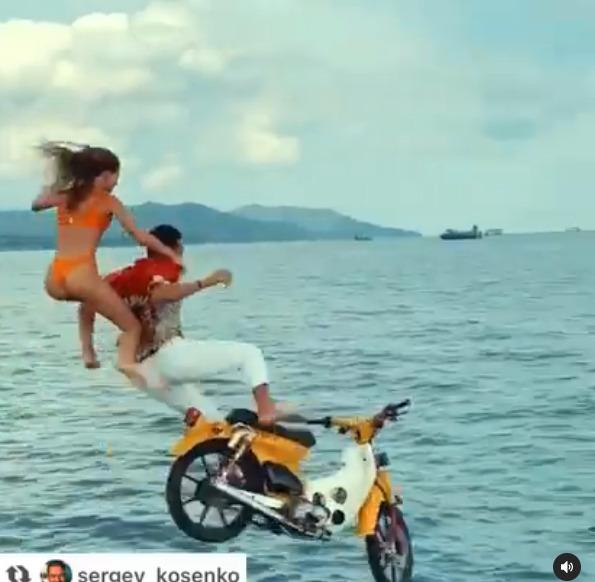 Turis Menceburkan Diri Dan Motornya Ke Pulau Di Bali