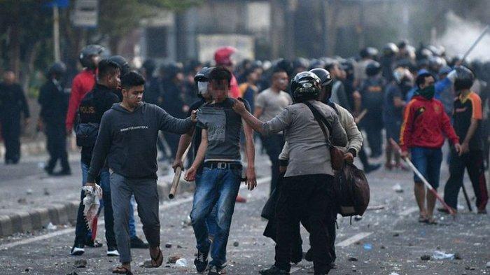 Polisi Mengamankan Pendemo Yang Rusuh Di Jalan Ks Tubun Jakarta Rabu 2252019