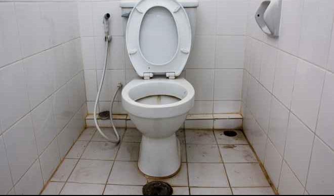 Hindari Memakai Toilet Kotor
