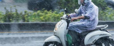 4 Tips Mengendarai Sepeda Motor Saat Hujan Agar Aman
