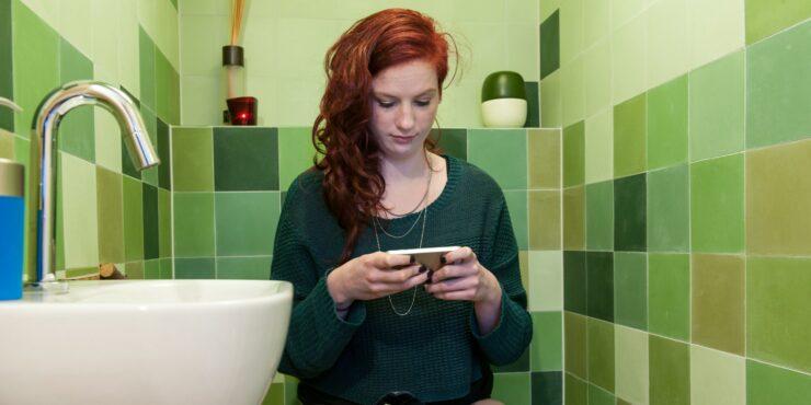 Alasan Jangan Membawa Ponsel Ke Toilet, Bahaya Bagi Kesehatan