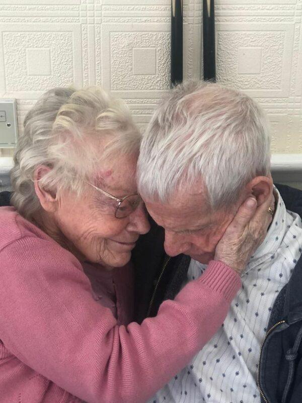 Pasangan Lansia Yang Berpisah