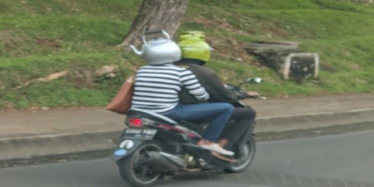 Viral Pengendara Motor Pakai Helm Berbentuk Ceret Dan Gas Lpg