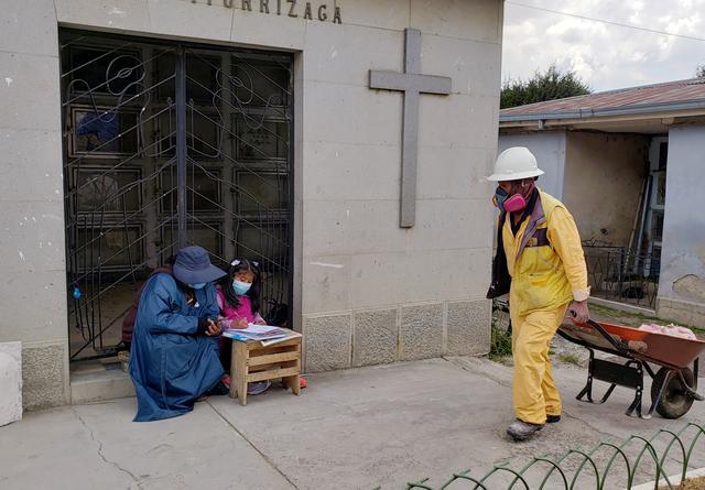 Ibu Temani Anaknya Belajar Di Pemakaman Untuk Dapatkan Sinyal Wifi