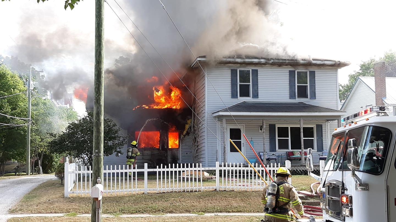 Ilustrasi membakar rumah