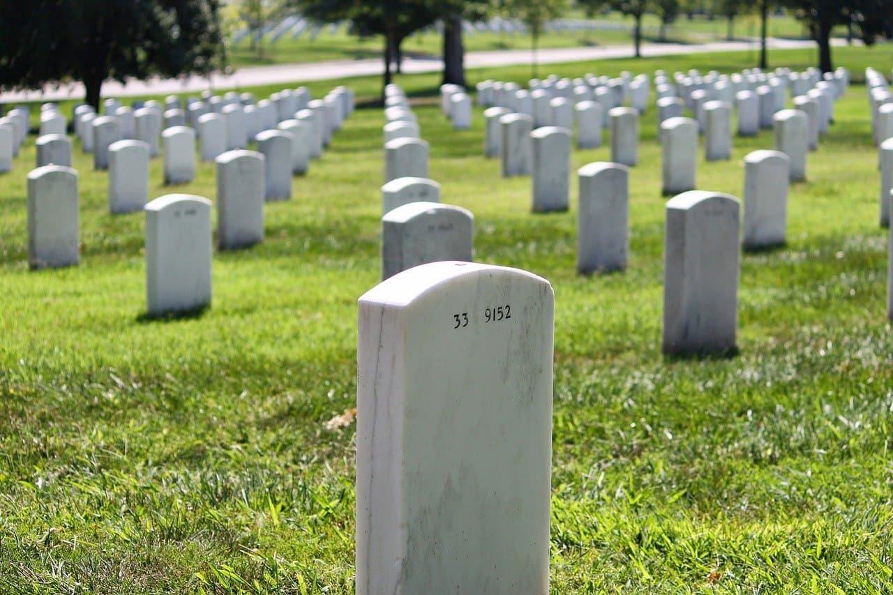 Miris, Siswa Sd Ini Sampai Belajar Online Di Kuburan Untuk Dapatkan Sinyal Wi Fi Gratis