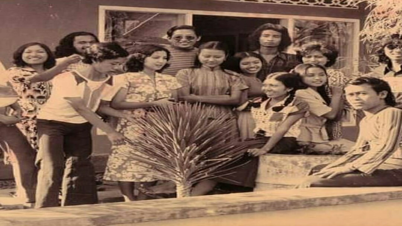 Momen Para Pemuda Pemudi Berkumpul Tahun 1971, Tanpa Gadget Dan Kumpul Di Halaman