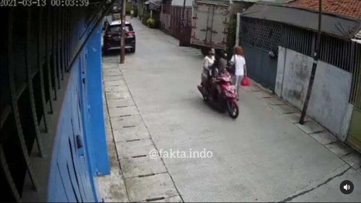 Nekad, Seorang Suami Ajak Istri Dan Anak Menjambret Di Jalan