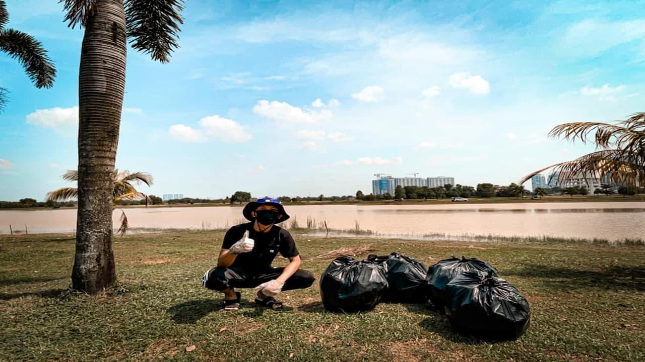 Respek, Pria Ini Rayakan Ulang Tahun Dengan Membersihkan Sampah Di Danau