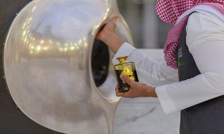 Pengolesan Parfum Pada Hajar Aswad