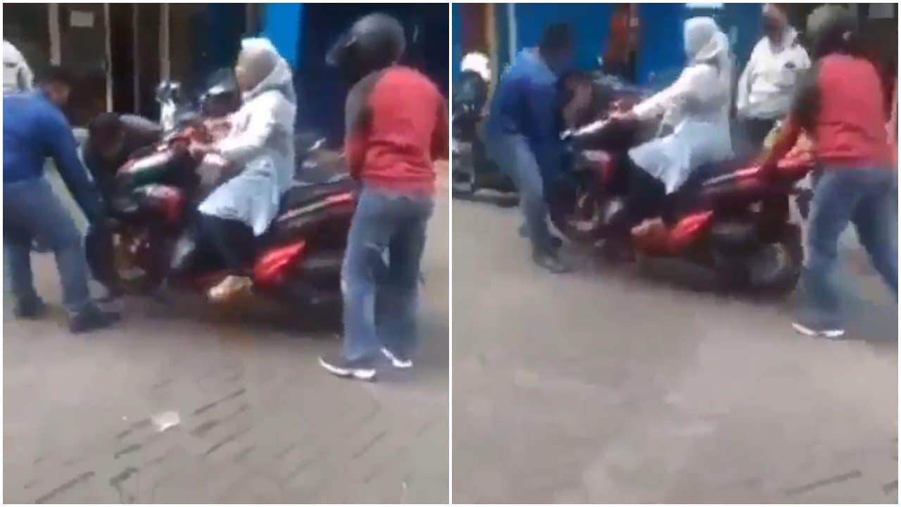 Tak Ingin Motornya Dibawa Debt Collector, Ibu Ini Tetap Duduk Di Atas Kendaraannya
